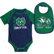 Colosseum Athletics Infant Notre Dame Fighting Irish Navy/Green Rookie Onesie and Bib Set