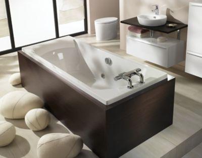 Un tablier de baignoire tendance en bois foncé dans une salle de bains ambiance cocooning