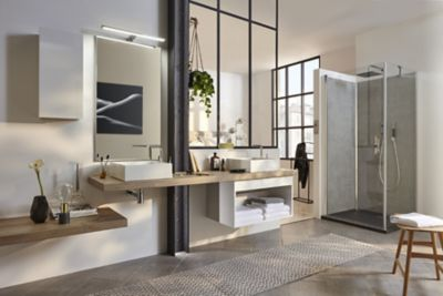 Une grande suite parentale au style industriel avec différents matériaux et une douche dotée de revêtements muraux