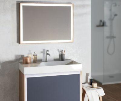 Une salle de bains à l'univers atelier vintage avec un grand miroir à LED périphérique et un grand meuble sous plan-vasque bleu