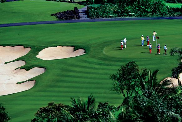 ck棋牌Aerial view of people playing on a golf course