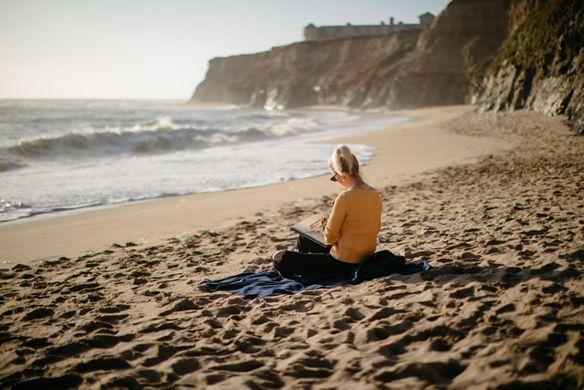 ck棋牌Meagan Morrison paints on the beach at Half Moon Bay