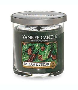 Vela de cera en vaso de vidrio Yankee Candle® Housewarmer® Balsam and Cedar™ chica