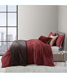 Set de funda para edredón individual O&O by Olivia & Oliver™ textura waffle de algodón y viscosa en rojo, 2 piezas