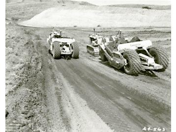 Se utilizaron tractores Cat D8 y traíllas No. 80 para ensanchar el Canal de Suez, 1956.