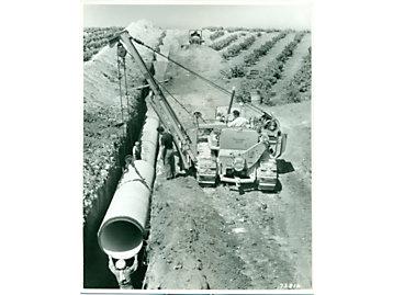 Un tractor Caterpillar D7 con un accesorio tiendetubos en África del Norte, 1950.