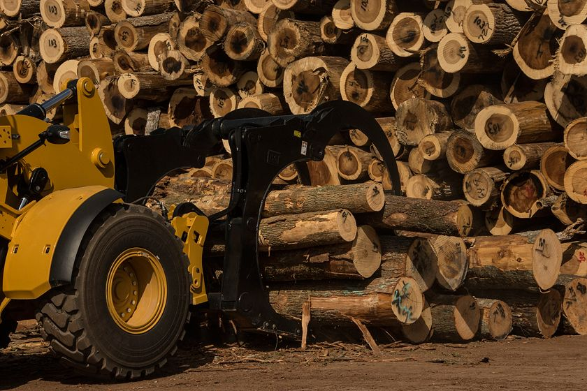 Cat® Sorting Grapple Forks Picking Up a Load