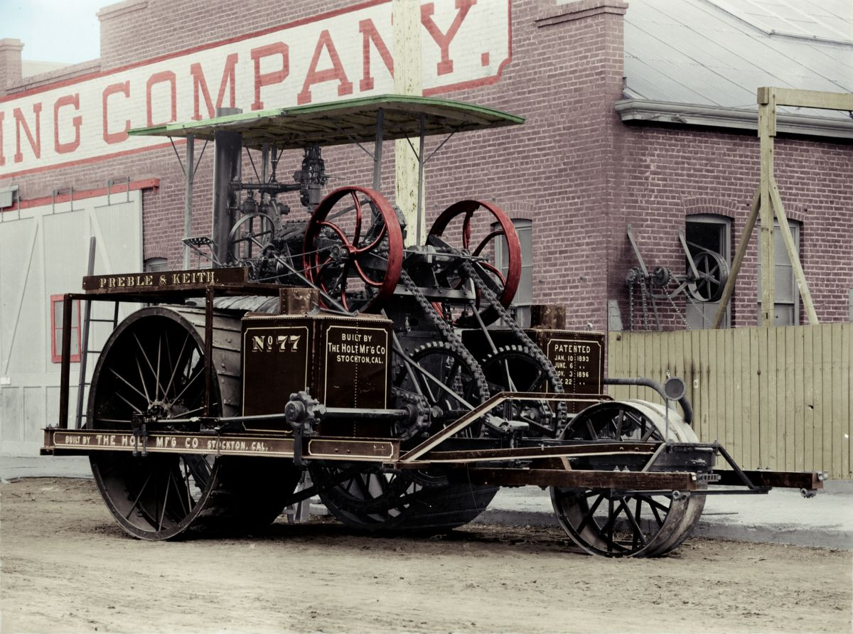 Wheeled steam tractor No. 77, before the addition of its tracks, sometime in the early 1900s.