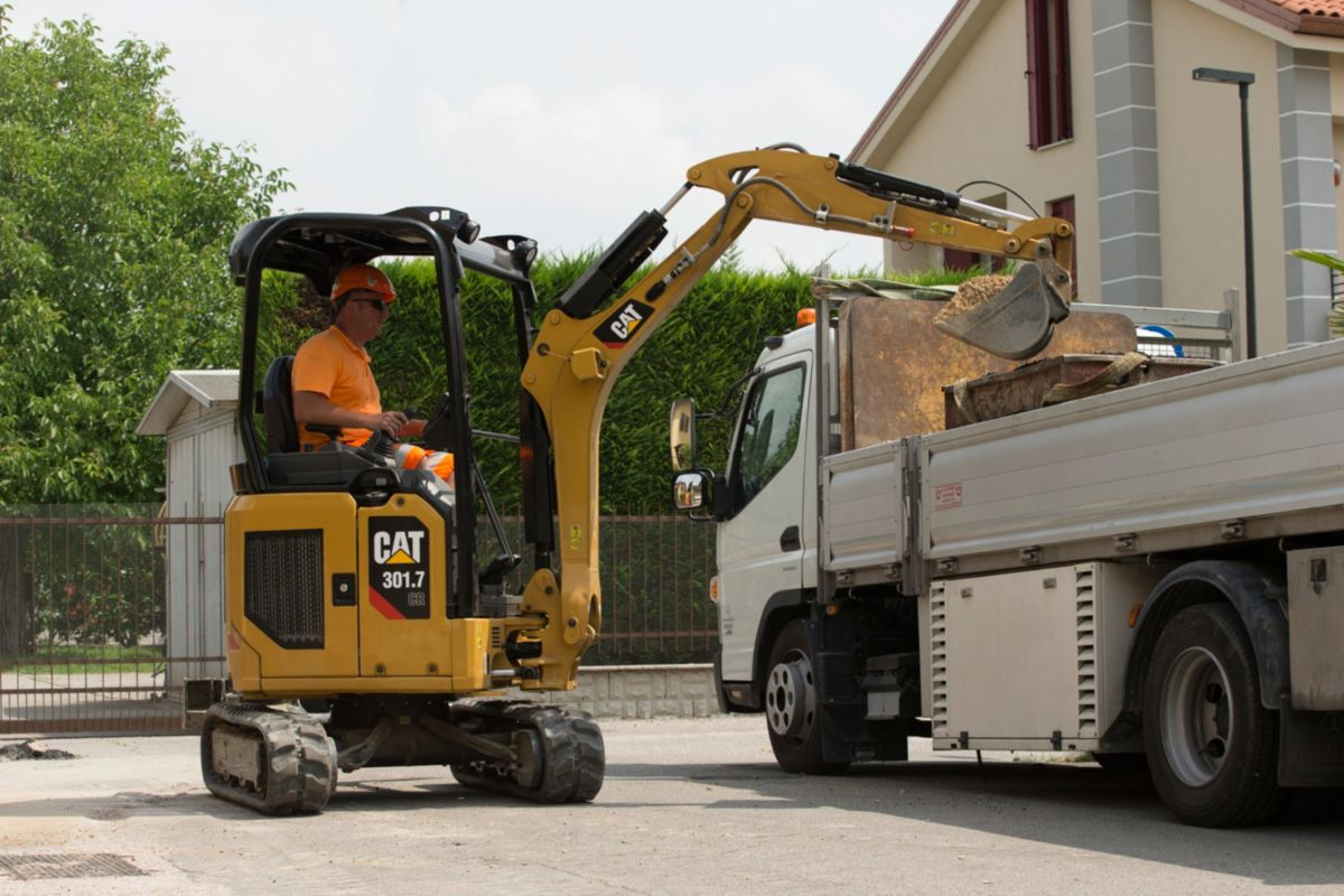 operatore in un escavatore