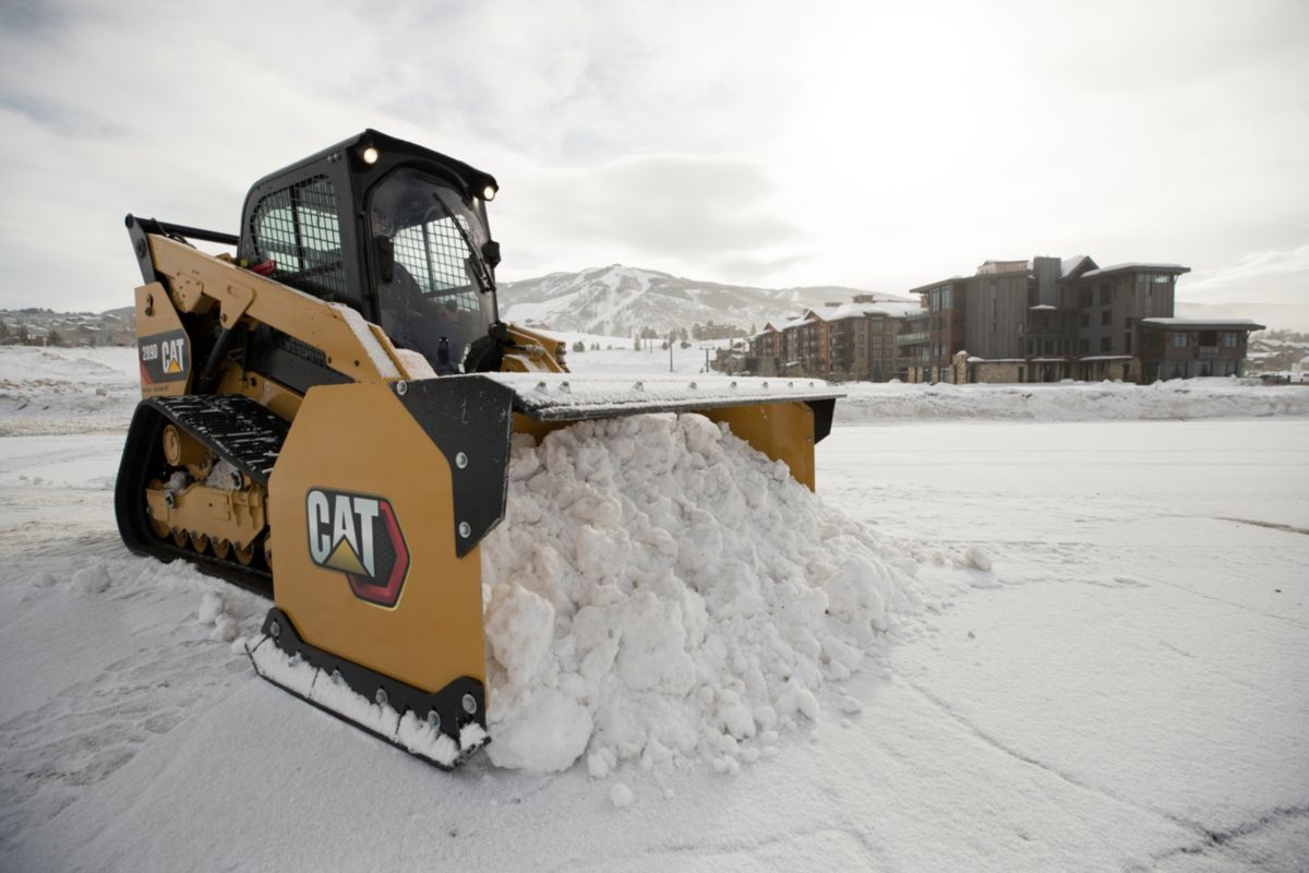 Cat® 289D Compact Track Loader and Snow Push at work in Colorado.>