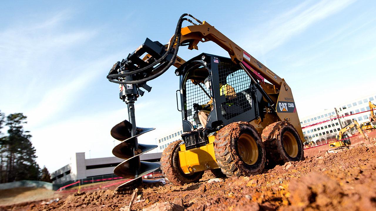 Excavadora de carga utilizando una herramienta perforadora en el lugar de trabajo