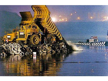 In 1993, about 300 Caterpillar equipment were used in the construction of Three Gorges Dam.