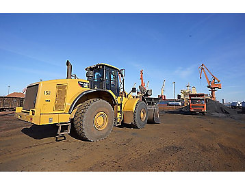 """In 1992, Caterpillar equipment participated in the pick-up and load at Qingdao Port, one of the world's important """"sea corridors""""."""