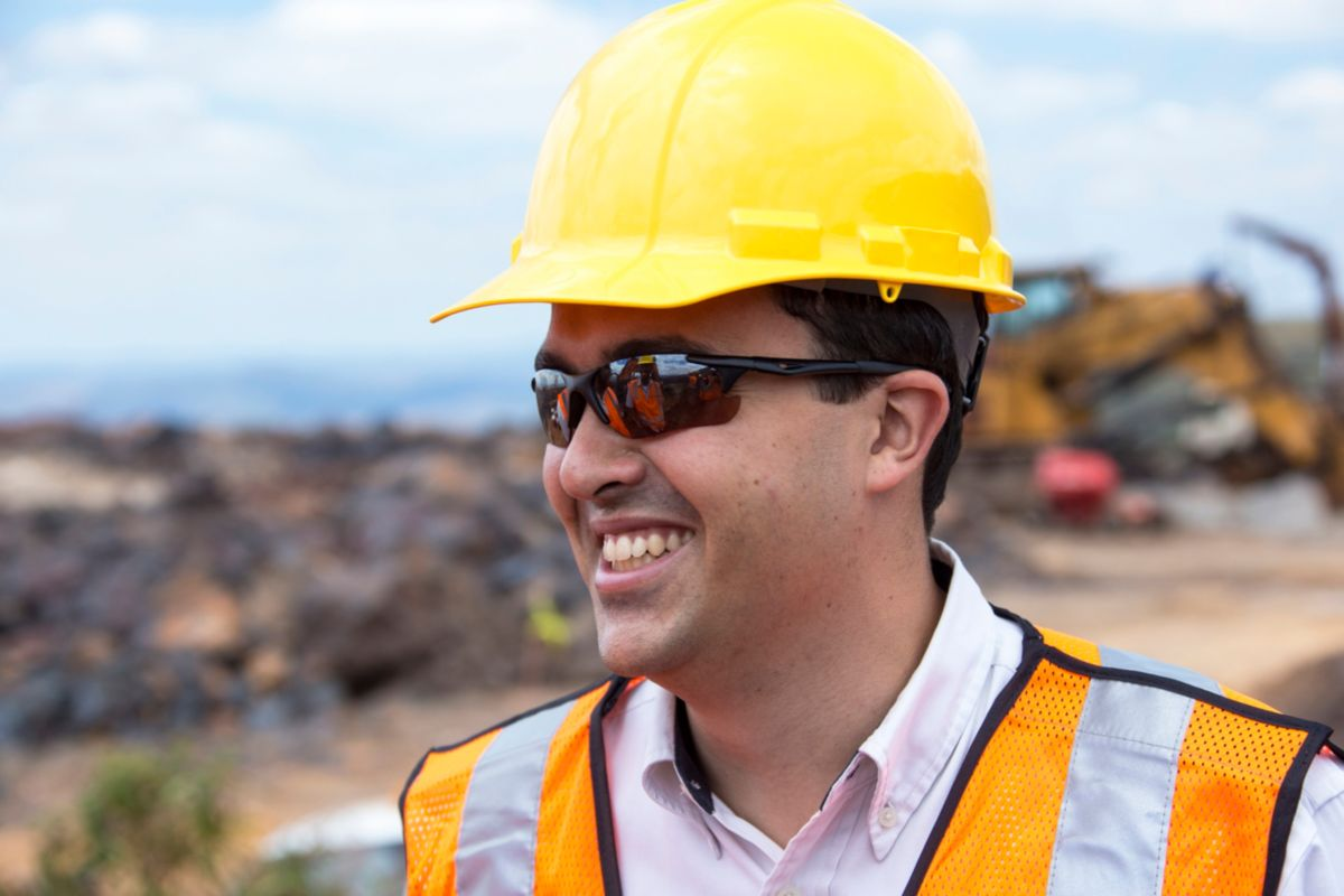 operador em uma escavadeira