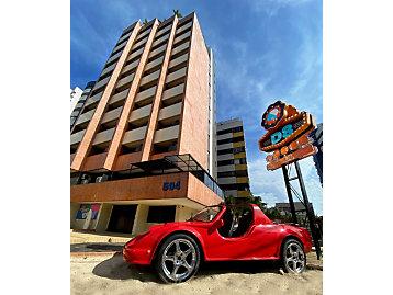 Nome do hotel foi inspirado no Trator de Esteiras Cat® D8