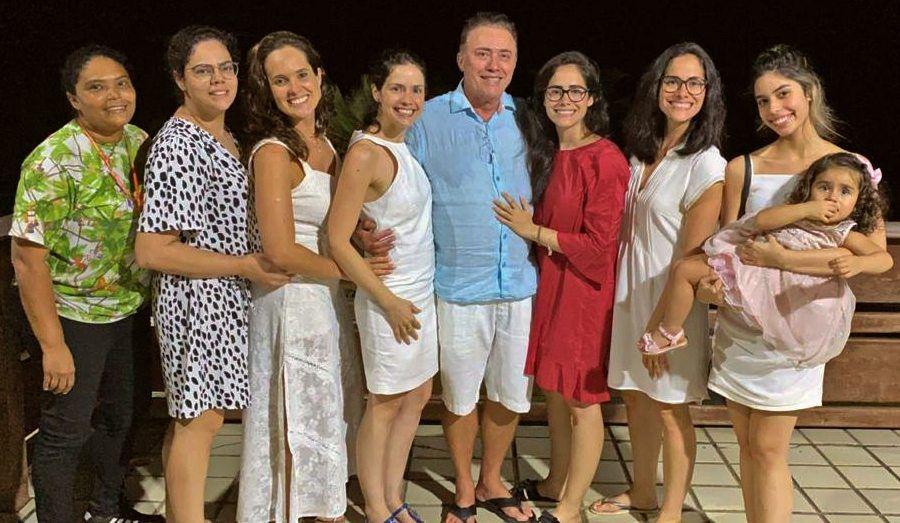 Darlan com suas oito filhas