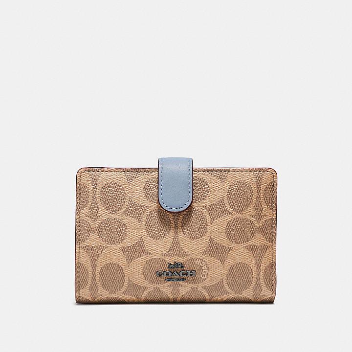 50代女性に人気の「コーチ」の長財布