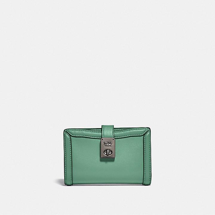 クリスマスプレゼントにおすすめなお財布はコーチのハットンウォレットです