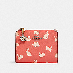 COACH 91200 - SNAP CARD CASE WITH BUNNY SCRIPT PRINT SV/BRIGHT CORAL