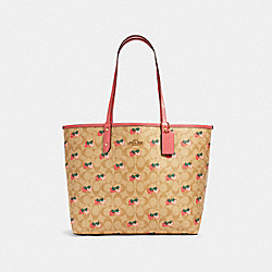 REVERSIBLE CITY TOTE IN SIGNATURE CANVAS WITH STRAWBERRY PRINT - 91515 - IM/KHAKI MULTI