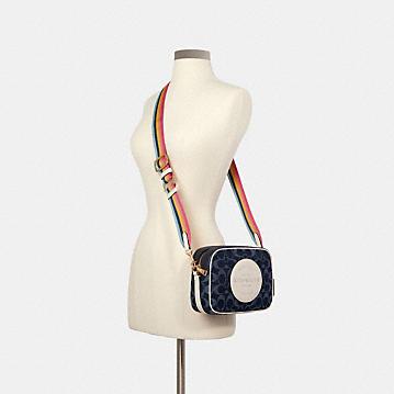 コーチ公式アウトレット | デンプシー カメラ バッグ シグネチャー ジャカード ウィズ パッチ | クロスボディ/斜めがけ