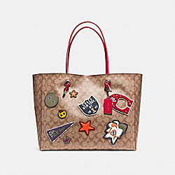 SHOPPING TOTE 39 IN SIGNATURE COATED CANVAS WITH VARSITY PATCHES - f11797 - BLACK ANTIQUE NICKEL/KHAKI