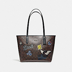 CITY ZIP TOTE IN SIGNATURE COATED CANVAS WITH VARSITY PATCHES - f11800 - BLACK ANTIQUE NICKEL/BROWN