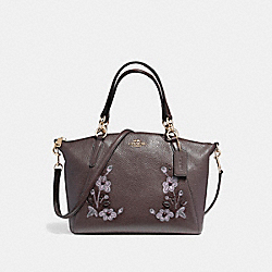 SMALL KELSEY SATCHEL IN PEBBLE LEATHER WITH FLORAL EMBROIDERY - f12007 - LIGHT GOLD/OXBLOOD 1
