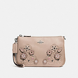 NOLITA WRISTLET 22 WITH TEA ROSE AND TOOLING - f12048 - LIGHT ANTIQUE NICKEL/STONE