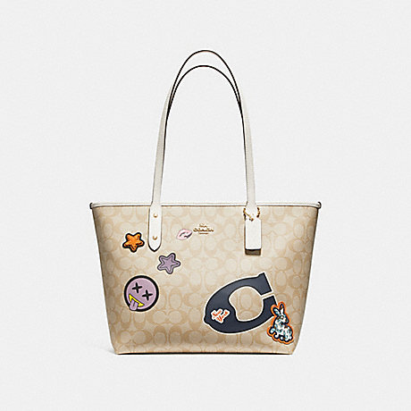 COACH f20911 CITY ZIP TOTE IN SIGNATURE COATED CANVAS WITH VARSITY PATCHES LIGHT GOLD/LIGHT KHAKI