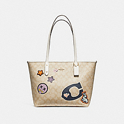 CITY ZIP TOTE IN SIGNATURE COATED CANVAS WITH VARSITY PATCHES - f20911 - LIGHT GOLD/LIGHT KHAKI