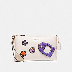 COACH LARGE WRISTLET 25 IN REFINED CALF LEATHER WITH VARSITY PATCHES - LIGHT GOLD/CHALK - F20966