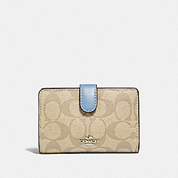 MEDIUM CORNER ZIP WALLET IN SIGNATURE CANVAS - F23553 - LT KHAKI/CORNFLOWER/SILVER