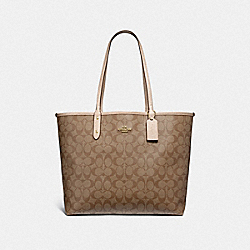 REVERSIBLE CITY TOTE IN SIGNATURE AND METALLIC CANVAS - f25849 - khaki/platinum/light gold