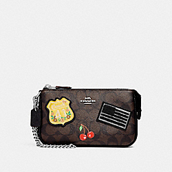 LARGE WRISTLET 19 IN SIGNATURE CANVAS WITH AMERICAN DREAMING PATCHES - f25853 - BROWN BLACK/MULTI/SILVER