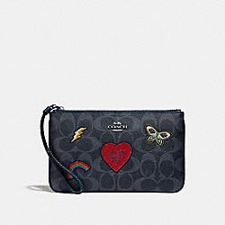 LARGE WRISTLET IN SIGNATURE CANVAS WITH SOUVENIR EMBROIDERY - f26650 - SILVER/DENIM