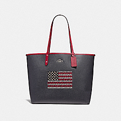 REVERSIBLE CITY TOTE IN SIGNATURE CANVAS WITH FLAG - f29018 - DENIM/MULTI/SILVER