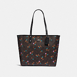REVERSIBLE CITY TOTE IN SIGNATURE CANVAS WITH CHERRY PRINT - f31389 - BROWN MULTI/SILVER