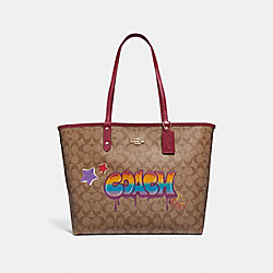 REVERSIBLE CITY TOTE IN SIGNATURE CANVAS WITH GRAFFITI - f31500 - KHAKI MULTI /light gold