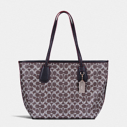 COACH COACH TAXI ZIP TOTE IN SIGNATURE - LIGHT GOLD/SADDLE/BLACK - F36359