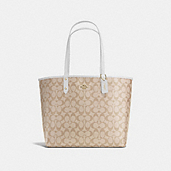 REVERSIBLE CITY TOTE IN SIGNATURE - f36658 - IMITATION GOLD/LIGHT KHAKI/CHALK