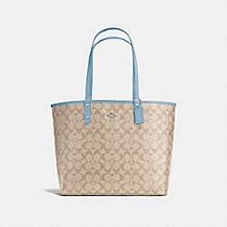 REVERSIBLE CITY TOTE IN SIGNATURE - f36658 - SILVER/LIGHT KHAKI/CORNFLOWER