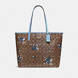 REVERSIBLE CITY TOTE IN SIGNATURE CANVAS WITH FLORAL BUNDLE PRINT - F37807 - KHAKI/CORNFLOWER/SILVER