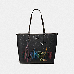 REVERSIBLE CITY TOTE WITH SKYLINE PRINT - F38342 - BLACK/GUNMETAL MULTI/SILVER