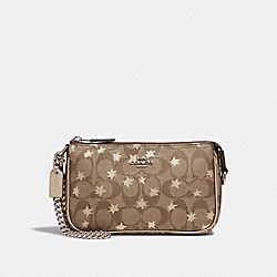 LARGE WRISTLET 19 IN SIGNATURE CANVAS WITH POP STAR PRINT - F39027 - KHAKI MULTI /SILVER