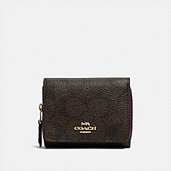 COACH F41302 - SMALL TRIFOLD WALLET IN SIGNATURE CANVAS IM/BROWN METALLIC BERRY