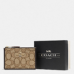 BOXED MINI SKINNY ID CASE IN SIGNATURE JACQUARD - F55918 - LI/KHAKI/BROWN