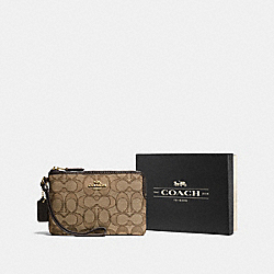 BOXED CORNER ZIP WRISTLET IN SIGNATURE JACQUARD - F55919 - LI/KHAKI/BROWN