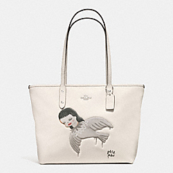 COACH F57910 - BASEMAN X COACH KIKI CITY ZIP TOTE IN PEBBLE LEATHER SILVER/CHALK