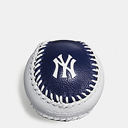 MLB BASEBALL PAPERWEIGHT IN SMOOTH CALF LEATHER - f58377 - NY YANKEES